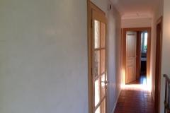 Au-murs-grassello-di-calce-de-couleur-clair-pour-mettre-en-valeur-la-tomette-au-sol-3