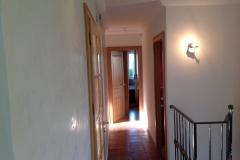 Au-murs-grassello-di-calce-de-couleur-claire-pour-mettre-en-valeur-la-tomette-au-sol