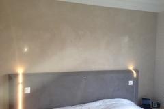 création-dune-tête-de-lit-avec-pose-de-leds-encastrées-finition-avec-grassello-di-calce-en-bi-ton-2