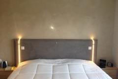 création-dune-tête-de-lit-avec-pose-de-leds-encastrées-finition-avec-grassello-di-calce-en-bi-ton